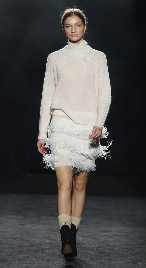Conjunto blanco con jersey de lana y falda con flecos de Yerse en la 080 Barcelona otoño/invierno 2016/2017