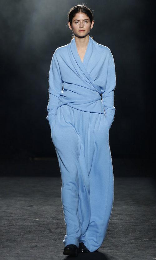 Vestido azul serenity con efecto kimono de Yerse en la 080 Barcelona otoño/invierno 2016/2017