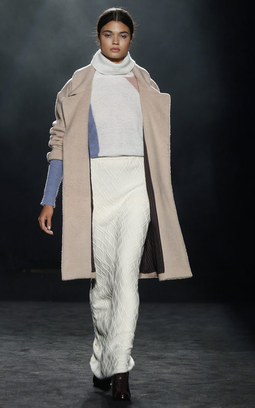 Falda de tubo, jersey de lana y maxi abrigo de Yerse en la 080 Barcelona otoño/invierno 2016/2017
