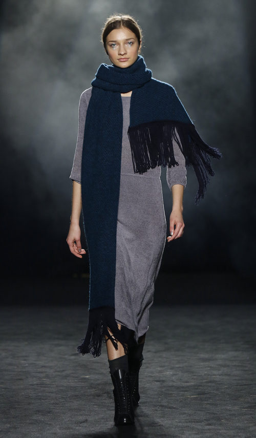 Vestido recto gris y maxi bufanda de Yerse en la 080 Barcelona otoño/invierno 2016/2017