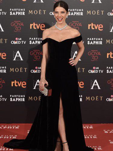 Juana Acosta con vestido negro en la alfombra roja de los Premios Goya 2016