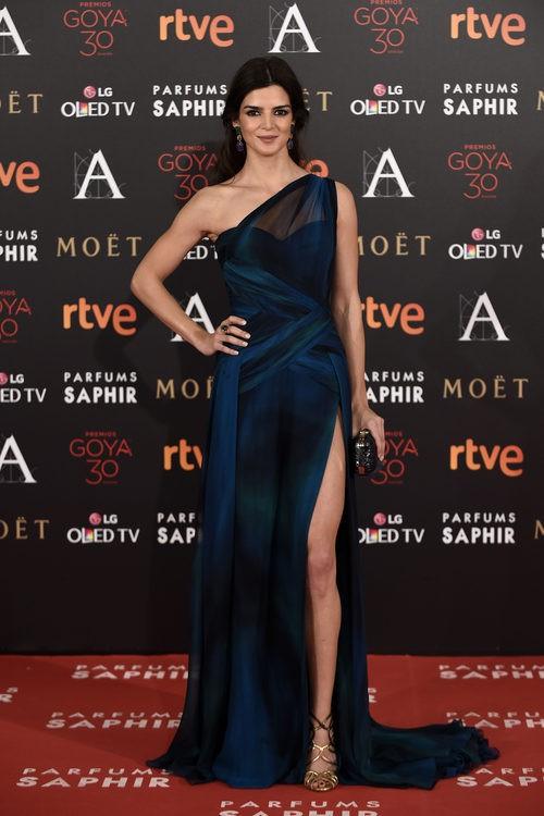 Clara Lago con vestido azul en la alfombra roja de los Premios Goya 2016
