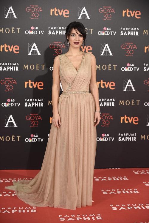 Cristina Brondo con vestido de Hannibal Laguna en la alfombra roja de los Premios Goya 2016