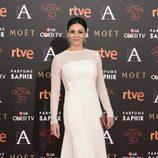 Ana Álvarez con vestido blanco en la alfombra roja de los Premios Goya 2016