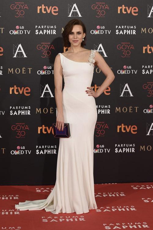 Aura Garrido con vestido blanco en la alfombra roja de los Premios Goya 2016
