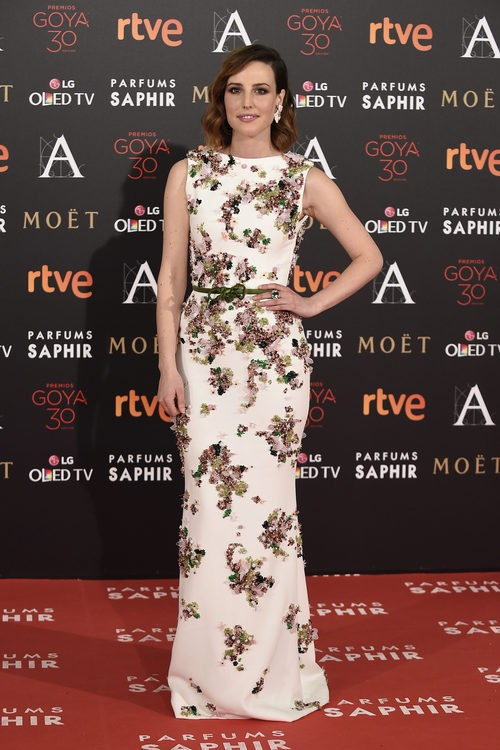 Natalia de Molina con vestido detalles florales en la alfombra roja de los Premios Goya 2016