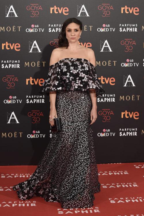 María Botto con vestido de doble volumen en la alfombra roja de los Premios Goya 2016