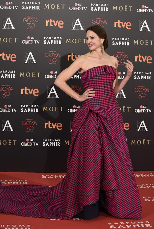 Cuca Escribano vestido estampado en la alfombra roja de los Premios Goya 2016