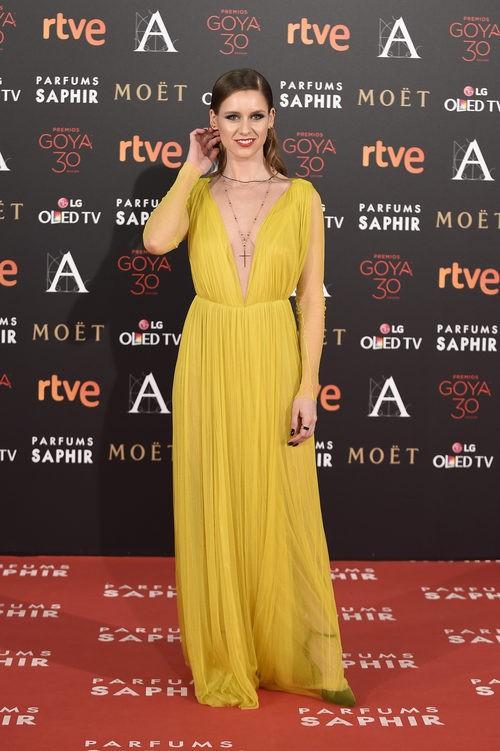 Manuela Vellés con vestido de Cortana en la alfombra roja de los Premios Goya 2016