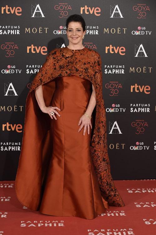 Nora Navas con vestido de Margara Hernández en la alfombra roja de los Premios Goya 2016