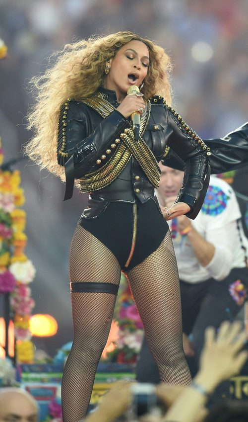 Beyoncé con un body de Dsquared2 actuando en la Super Bowl 2016