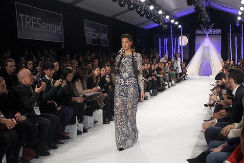 Vestido transparente con motivos geométrico en el desfile de David Christian en la Madrid Fashion Show 2016
