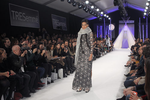 Vestido con estampado floral y bufanda en el desfile de David Christian en la Madrid Fashion Show 2016