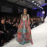 Vestido con estampado abstracto colorido en el desfile de David Christian en la Madrid Fashion Show 2016