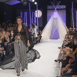 Helen Lindes con conjunto blanco y negro en el desfile de David Christian en la Madrid Fashion Show 2016
