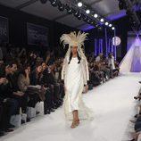 Vestido largo blanco de estilo túnica con tocado de plumas blancas en el desfile de David Christian en la Madrid Fashion Show 2016
