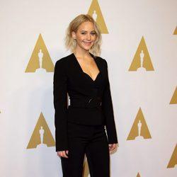 Jennifer Lawrence apuesta por un outfit traje chaqueta total black en almuerzo de los nominados a los Premios Oscar 2016