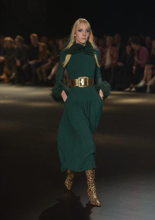 Vestido verde con plumas y botas animal print de Saint Laurent otoño/invierno 2016/2017