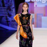 Vestido estampado floral de inspiración hindú de Desigual en la FW de Nueva York para otoño/invierno 2016/2017