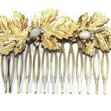 Peineta dorada con perlas engarzadas de Alma Luzón para novias