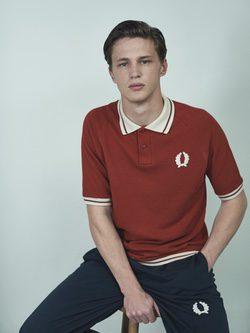 Polo rojo con logo y cuello en blanco de la colaboración Fred Perry x Nigel Cabourn
