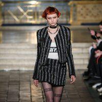 Traje negro y gris de falda de Alexander Wang en la New York Fashion Week para otoño/invierno 2016/2017