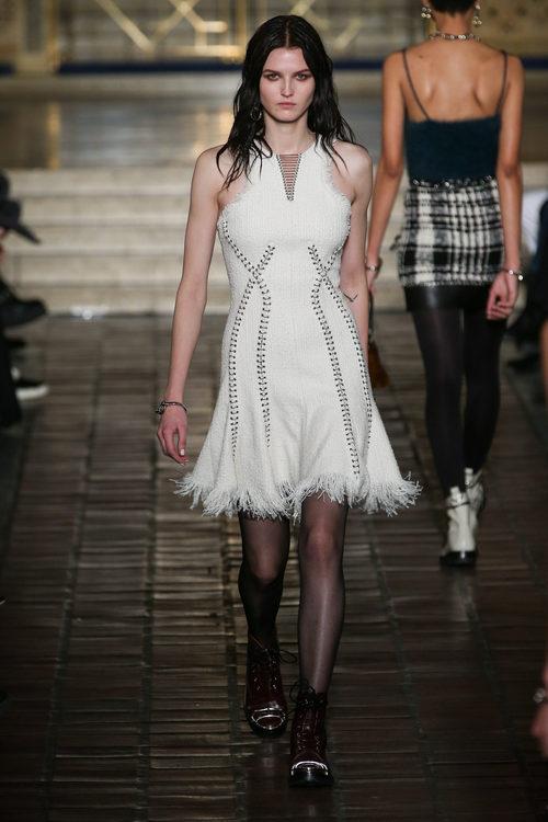 Vestido con flecos y detalles metalizados de Alexander Wang en la New York Fashion Week para otoño/invierno 2016/2017