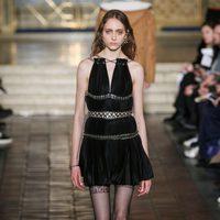 Vestido corto negro con detalles metalizados de Alexander Wang en la New York Fashion Week para otoño/invierno 2016/2017