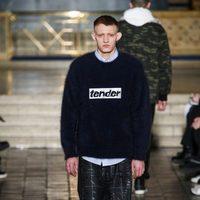 Jersey con mensaje y bermudas de Alexander Wang en la New York Fashion Week para otoño/invierno 2016/2017