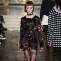 Vestido corto con estampado negro y rojo de Alexander Wang en la New York Fashion Week para otoño/invierno 2016/2017