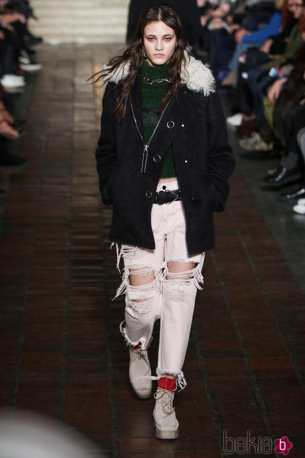 Abrigo y pantalones rotos de Alexander Wang en la New York ...