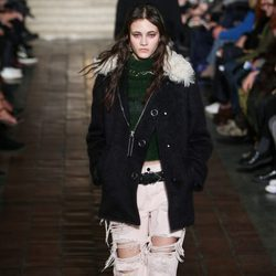 Abrigo y pantalones rotos de Alexander Wang en la New York Fashion Week para otoño/invierno 2016/2017