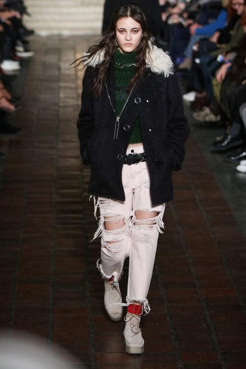 Abrigo y pantalones rotos de Alexander Wang en la New York Fashion Week para otoño/invierno 2016/2017
