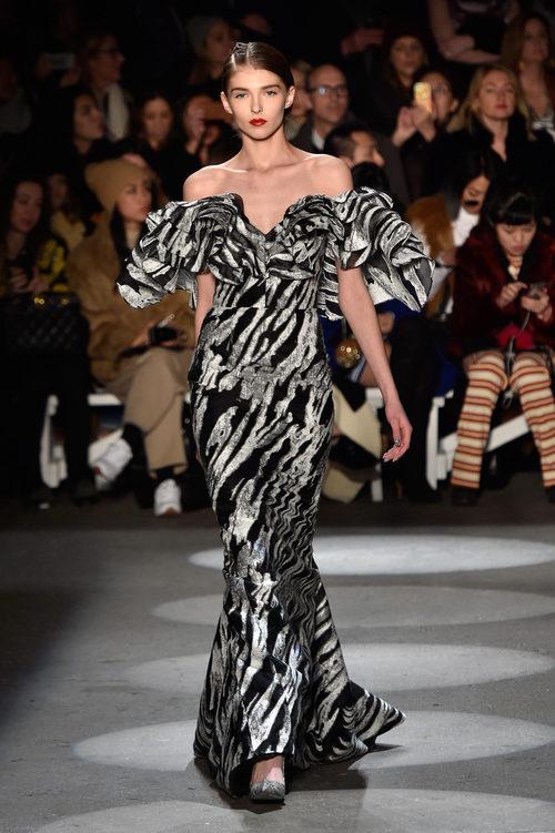 Vestido estampado y escote asimétrico de Christian Siriano en la Fashion Week de Nueva York para otoño/invierno 2016/2017