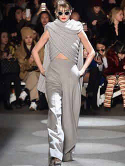 Bufanda efecto top de Christian Siriano en la Fashion Week de Nueva York para otoño/invierno 2016/2017