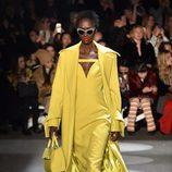 Vestido midi amarillo de Christian Siriano en la Fashion Week de Nueva York para otoño/invierno 2016/2017