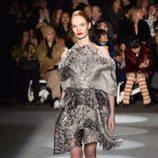 Vestido gris degradado con volúmenes de Christian Siriano en la Fashion Week de Nueva York para otoño/invierno 2016/2017