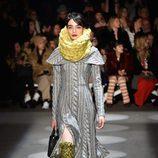 Look de lana en acabado crochet de Christian Siriano en la Fashion Week de Nueva York para otoño/invierno 2016/2017