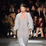 Vestido lana gris de Christian Siriano en la Fashion Week de Nueva York para otoño/invierno 2016/2017
