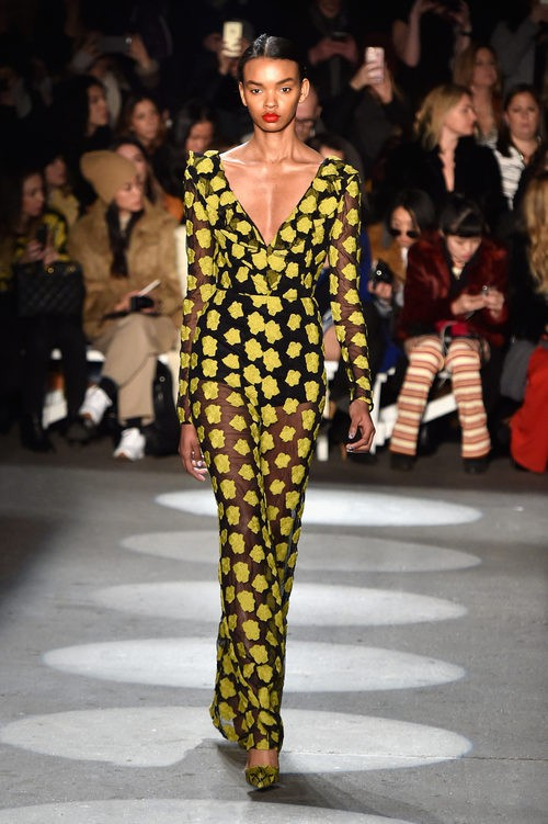 Vestido recto con estampado amarillo de Christian Siriano en la Fashion Week de Nueva York para otoño/invierno 2016/2017