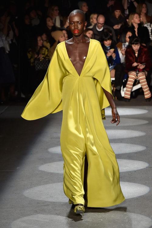 Vestido vaporoso amarillo de Christian Siriano en la Fashion Week de Nueva York para otoño/invierno 2016/2017