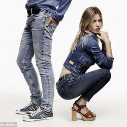 Georgia May Jagger con pantalón y top denim de Pepe Jeans