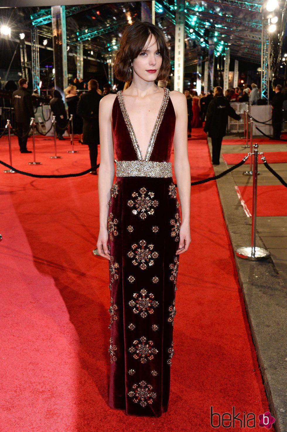 Stacy martin con un modelo de terciopelo rojo con detalles for Alfombra terciopelo