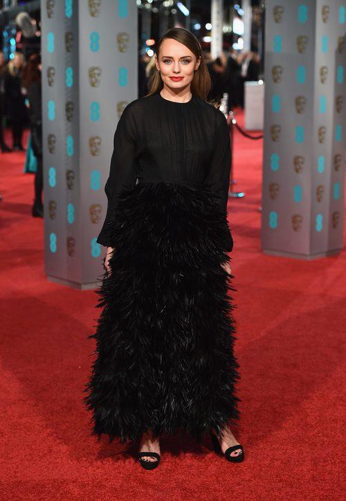 Laura Haddock con un diseño total black de plumas en la alfombra roja de los BAFTA 2016