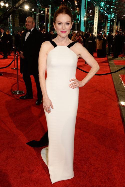 Julianne Moore con un vestido de Armani en la alfombra roja de los BAFTA 2016