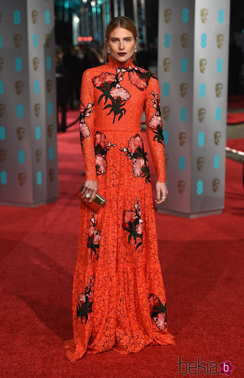 Dree Hemingway con un vestido de Gucci en la alfombra roja de los BAFTA 2016