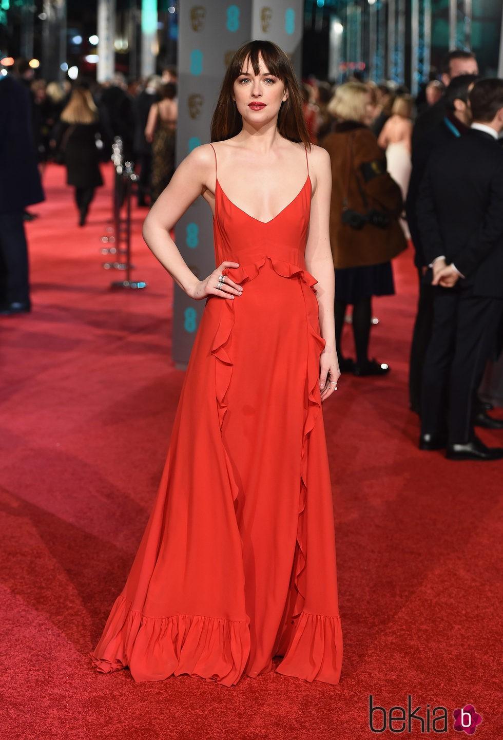 Dakota Johnson con un diseño de Dior en la alfombra roja de los BAFTA 2016