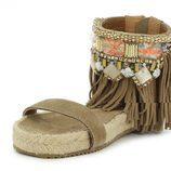 Sandalia con flecos y detalles étnicos de Alma en Pena