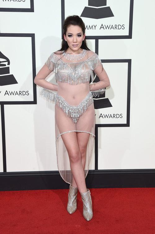 Manika con un vestido lleno de transparencias en la alfombra roja de los Grammy 2016