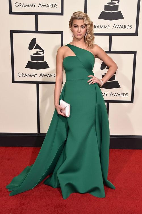 Tori Kelly con un vestido largo en tono verde de un solo tirante en la alfombra roja de los Premios Grammy 2016